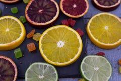 桔子,切片在木背景的桔子 免版税库存图片