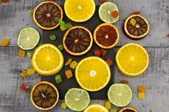 桔子,切片在木背景的桔子 库存图片