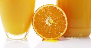 桔子,柠檬苦,流动反对白色背景的果子, 股票视频