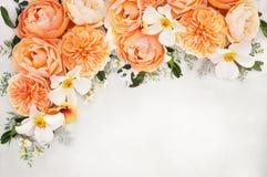 桔子?白色和杏子玫瑰花花束背景 免版税库存照片