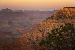 桔黄色天空作为太阳在大峡谷国家公园设置在亚利桑那 免版税库存照片
