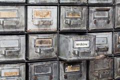 档案老牌内部 闭合的金属存贮,档案橱柜 有索引卡片的年迈的银色金属箱子 图书馆 免版税库存图片