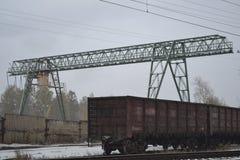 桥式起重机和无盖货车 图库摄影