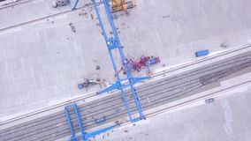 桥式起重机的顶视图在运输站点的 夹子 运输货柜的各种各样的品牌和颜色被堆积的  股票录像