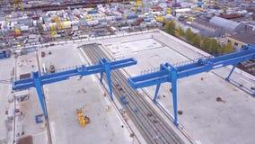 桥式起重机的顶视图在运输站点的 夹子 运输货柜的各种各样的品牌和颜色被堆积的  影视素材