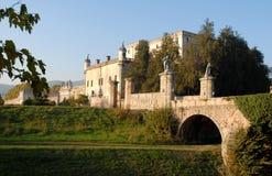 桥梁、南墙壁和城堡在帕多瓦省的太阳照亮的Catajo在威尼托(意大利) 免版税库存图片