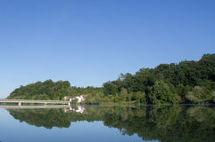 桥梁、房子和森林 免版税库存图片