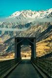 桥梁、标志和山的看法 免版税库存照片