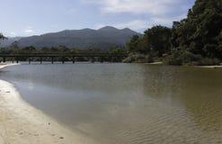 桥梁、河和moutains 免版税库存图片