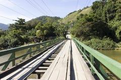 桥梁、河和moutains 库存照片