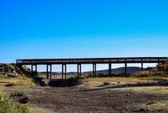 桥梁、蓝天和干盐湖床 库存照片