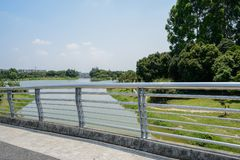 桥梁不锈的扶手栏杆在河的在晴朗的夏天 库存图片