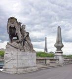 桥梁亚历山大lll Llion雕象是由乔治加尔德角生产的 免版税库存照片