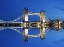 桥梁伦敦反映塔微明 库存照片