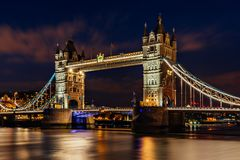 桥梁伦敦晚上塔 库存图片