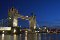 桥梁伦敦晚上塔 库存照片