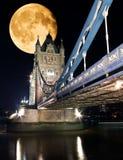 桥梁伦敦晚上塔 免版税库存图片