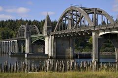 桥梁佛罗伦萨在河siuslaw的有历史的俄勒冈 免版税库存照片