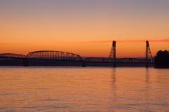 桥梁克服跨境河日落的哥伦比亚 免版税库存照片