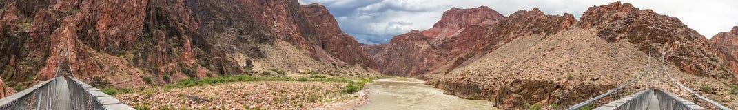 桥梁全景在科罗拉多河的在大峡谷 免版税图库摄影