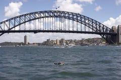 桥梁划独木舟的人 库存图片