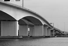 桥梁列 免版税库存照片