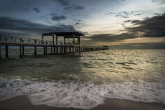 桥梁到日落时间的海里 免版税库存图片