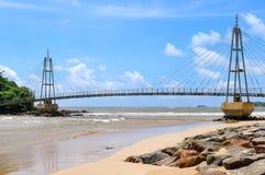 桥梁到有佛教寺庙的,马塔勒,斯里兰卡海岛 免版税库存图片