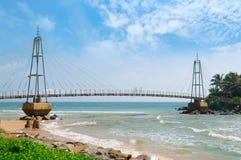 桥梁到有佛教寺庙的,马塔勒,斯里兰卡海岛 免版税图库摄影