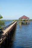桥梁到湖里 免版税库存图片
