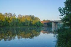 桥梁剪影在晚上 库存图片