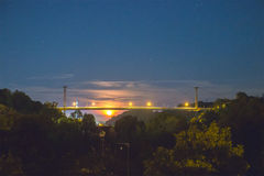 桥梁剪影有月亮的 库存图片