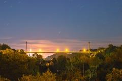 桥梁剪影有月亮的 免版税库存照片