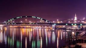 桥梁反射在河 免版税图库摄影