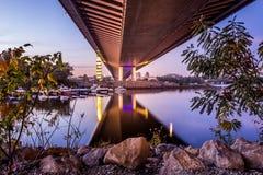 桥梁反射在河 免版税库存图片