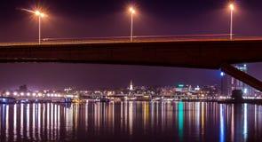 桥梁反射在河 免版税库存照片