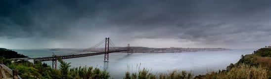 桥梁向里斯本,名为蓬特25 de阿布利尔,也叫金门海峡的姐妹桥梁 图库摄影