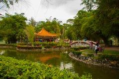 桥梁和中国亭子 米里市爱好者公园,婆罗洲,沙捞越,马来西亚 免版税图库摄影