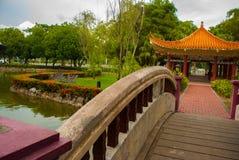 桥梁和中国亭子 米里市爱好者公园,婆罗洲,沙捞越,马来西亚 库存照片