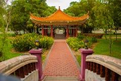 桥梁和中国亭子 米里市爱好者公园,婆罗洲,沙捞越,马来西亚 库存图片