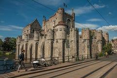 桥梁和人们前面Gravensteen的在跟特防御 免版税库存图片