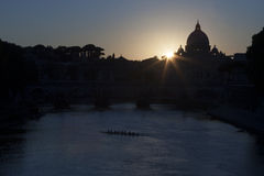 桥梁和圣皮特圣徒・彼得台伯河日落的 免版税图库摄影