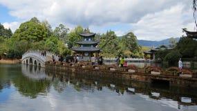 桥梁和塔-黑龙水池丽江 库存照片