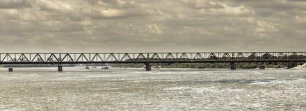 桥梁和多暴风雨的天气 库存图片