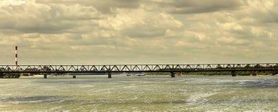 桥梁和多暴风雨的天气 免版税库存照片