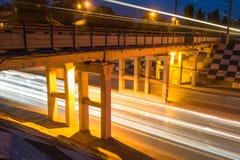 桥梁和夜交通 库存图片