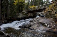桥梁和小瀑布 库存照片