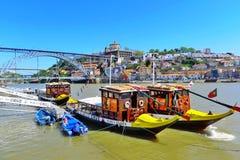 桥梁和小船在波尔图 库存照片