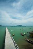 桥梁和小船在海湾 免版税库存图片