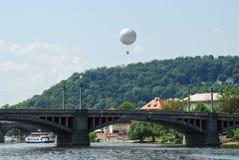 桥梁和气球在天空 免版税库存照片